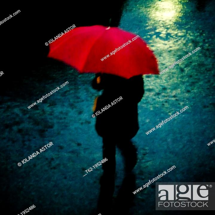 Imagen: Woman with red umbrella in the rain in winter.