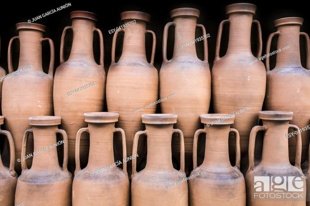 Imagen: Ancient roman amphorae stored at hold ship as ancient times trade. Isolated over black.