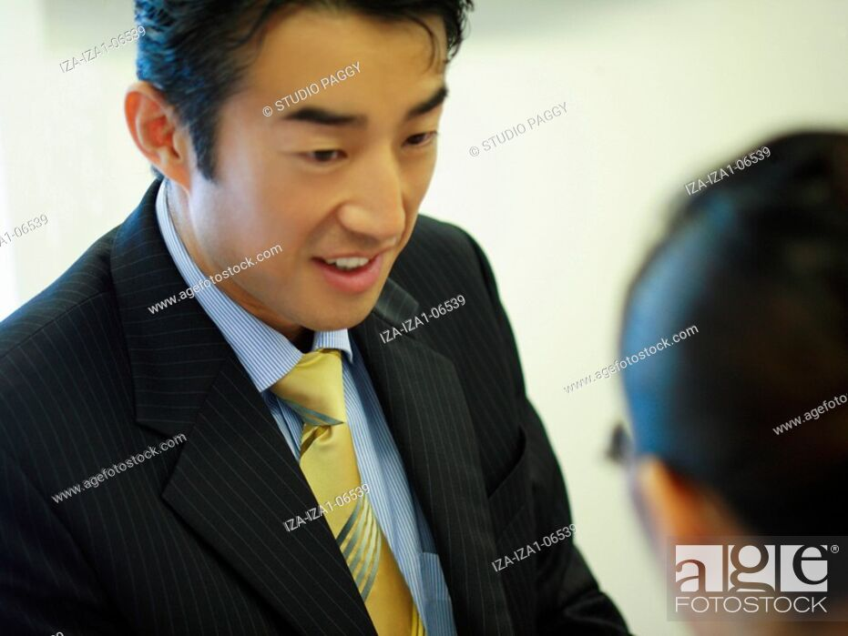 Imagen: Businessman and a businesswoman discussing.