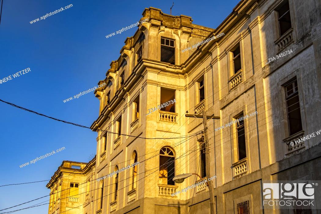 Imagen: Old building in Cienfuegos with morning sunlight, Republic of Cuba, Caribbean, Central America.