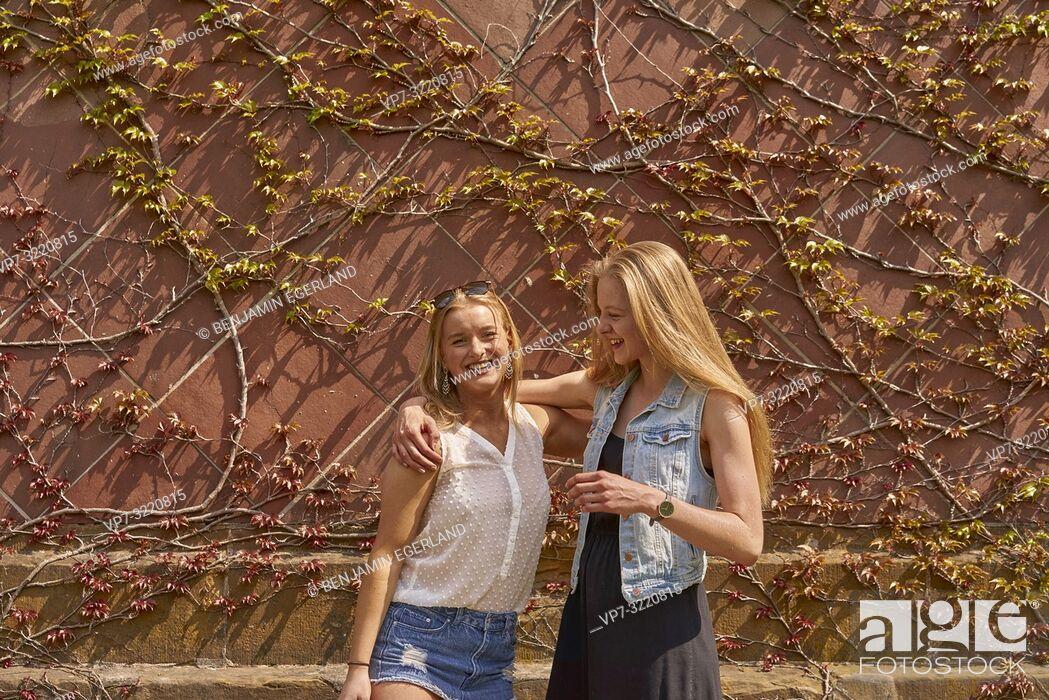 Photo de stock: two women, friends, in Munich, Germany.