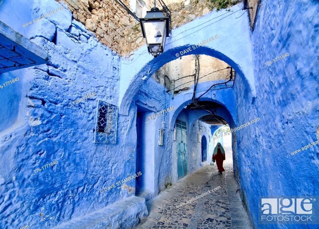 Imagen: street scene in the atmospheric blue town of Chefchaouen, Morocco.