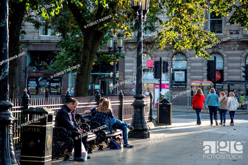 Stock Photo: STREET SCENE WITH THE PUBLIC BENCHES IN FRONT OF THE CITY HALL, DONEGALL SQUARE EAST, BELFAST, ULSTER, NORTHERN IRELAND.
