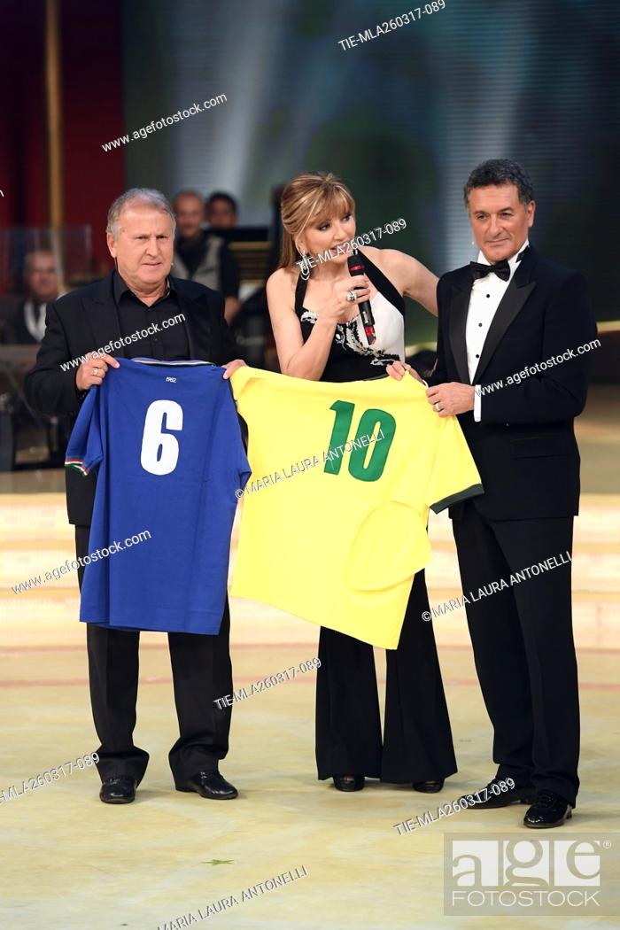 Imagen: The former football players Arthur Antunes Coimbra ' Zico ' and Claudio Gentile exchanging the shirts of Brazil and Italy with Milly Carlucci during the tv show.