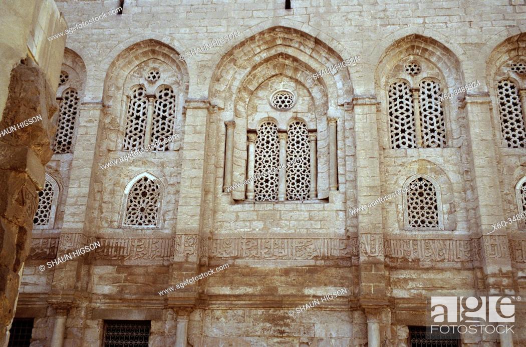 Imagen: Mamluk Complex Madrassa and Mausoleum of Sultan Qalawan in Bein al-Qasreen in Fatimid Cairo in Egypt in North Africa.