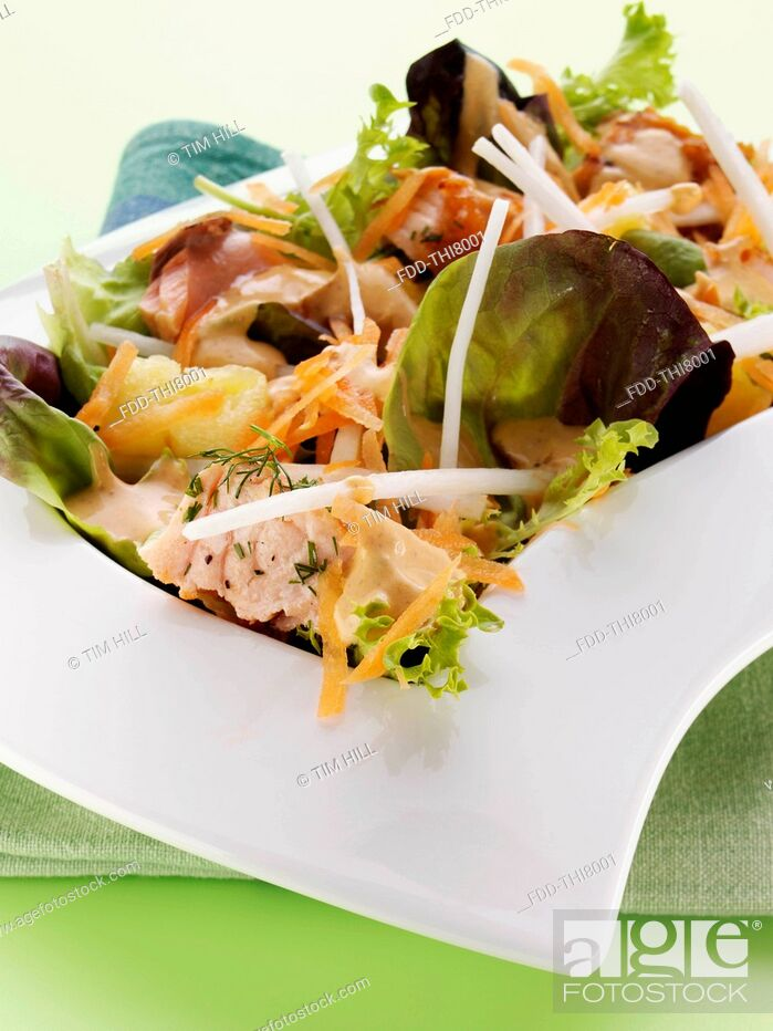 Imagen: Grilled salmon mixed leaf pineapple mooli grated carrot salad.