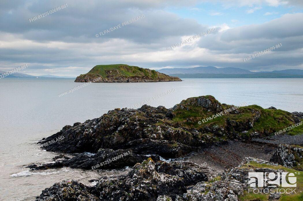 Imagen: View of rocky coastline and island, Maiden Island, Oban Bay, Inner Hebrides, Argyll, Scotland, May.