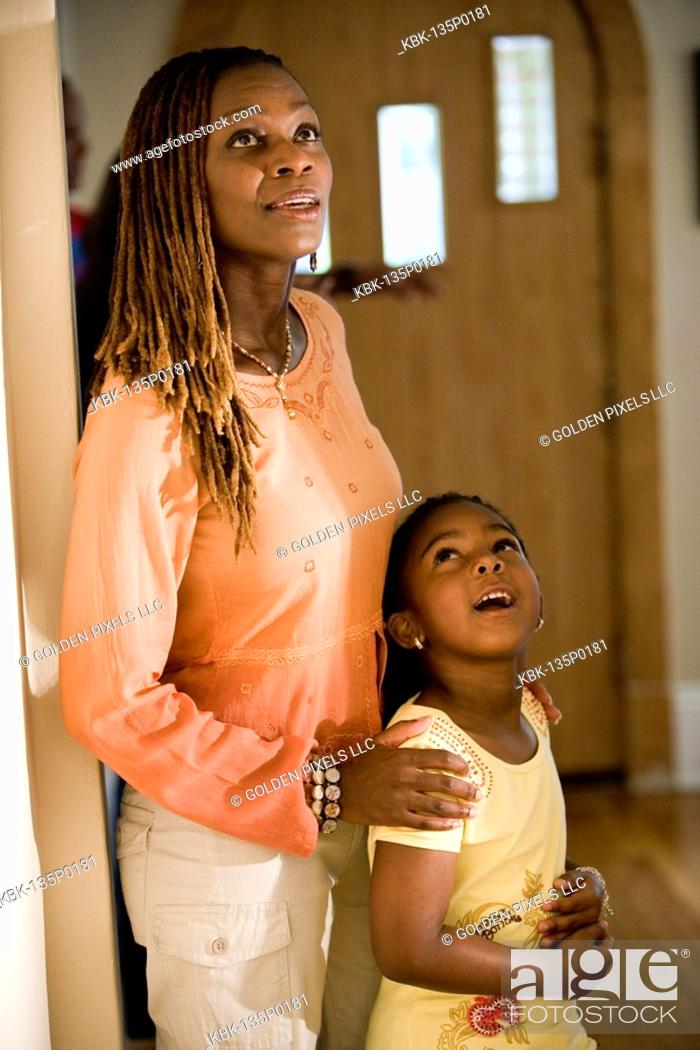Imagen: Mother and daughter looking inside house.