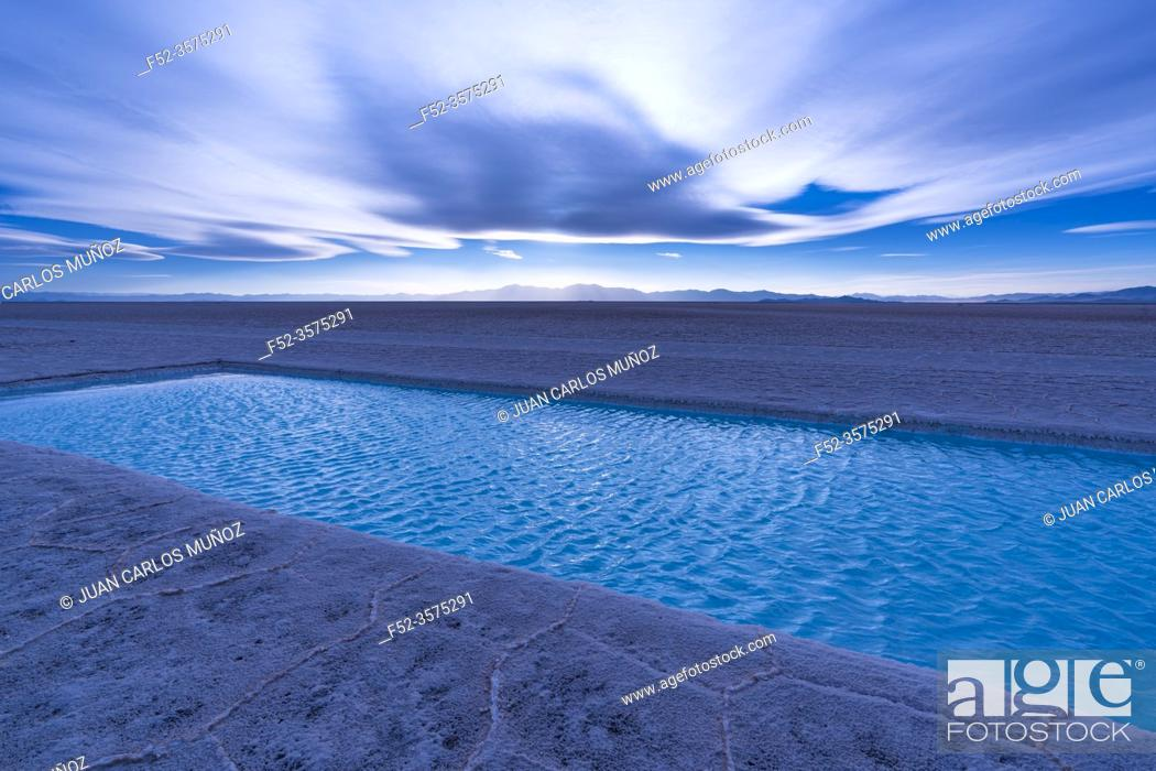 Imagen: Landscape at sunset in Salinas Grandes in the province of Jujuy, Argentina, South America, America.