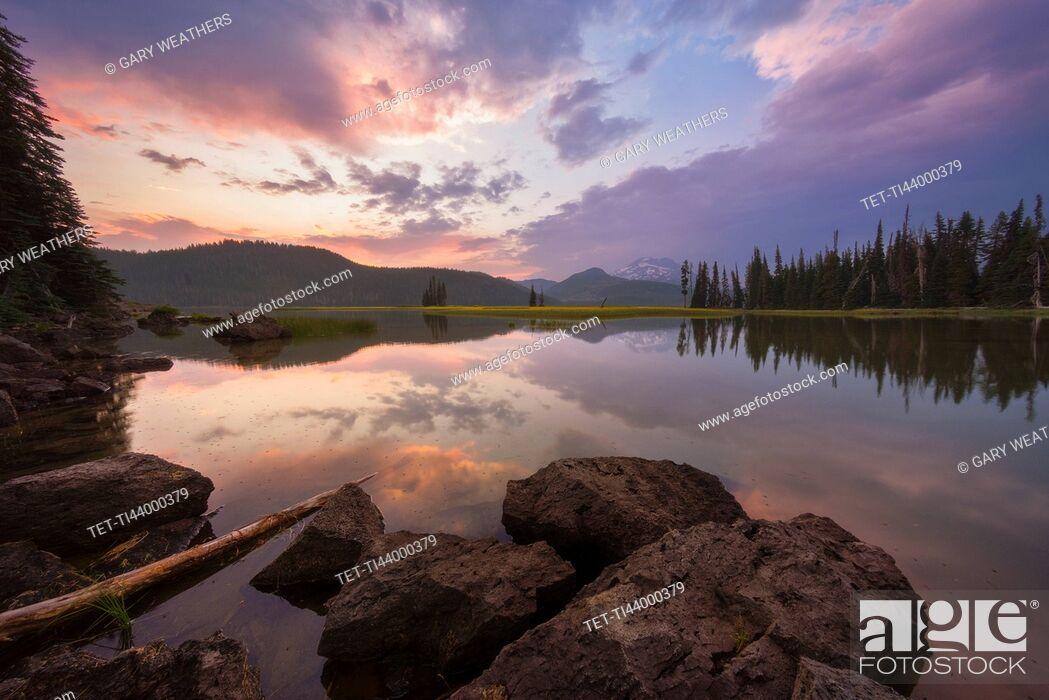 Photo de stock: USA, Oregon, Landscape with Sparks Lake at sunset.