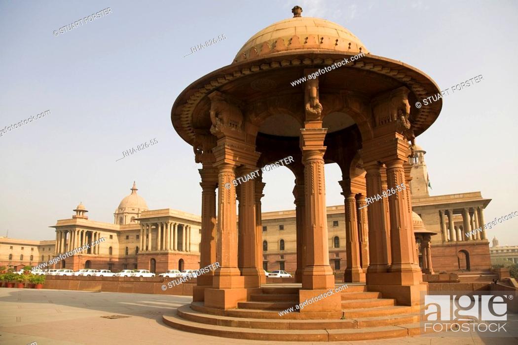 Imagen: A chhattri stands in front of the Herbert Baker designed North Block Secretariat Building in New Delhi, India, Asia.