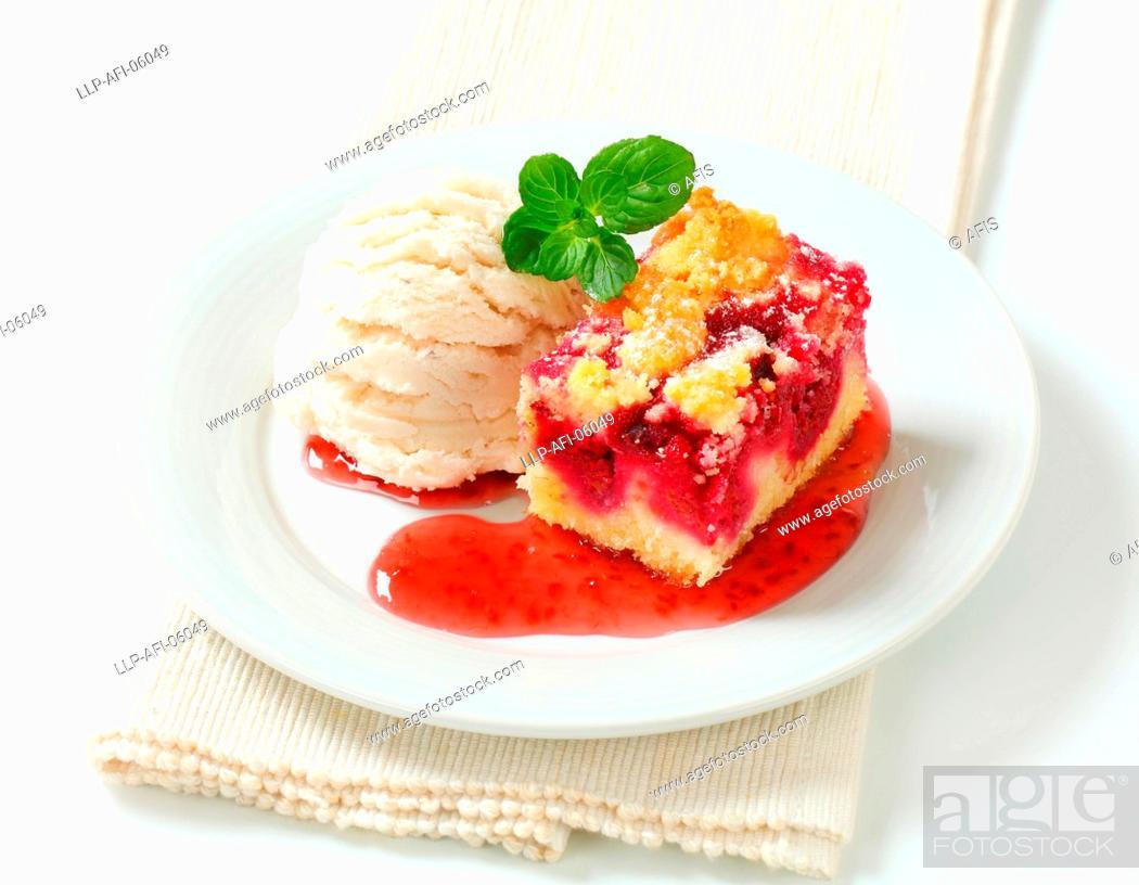 Photo de stock: Berry fruit crumble slice with ice cream.