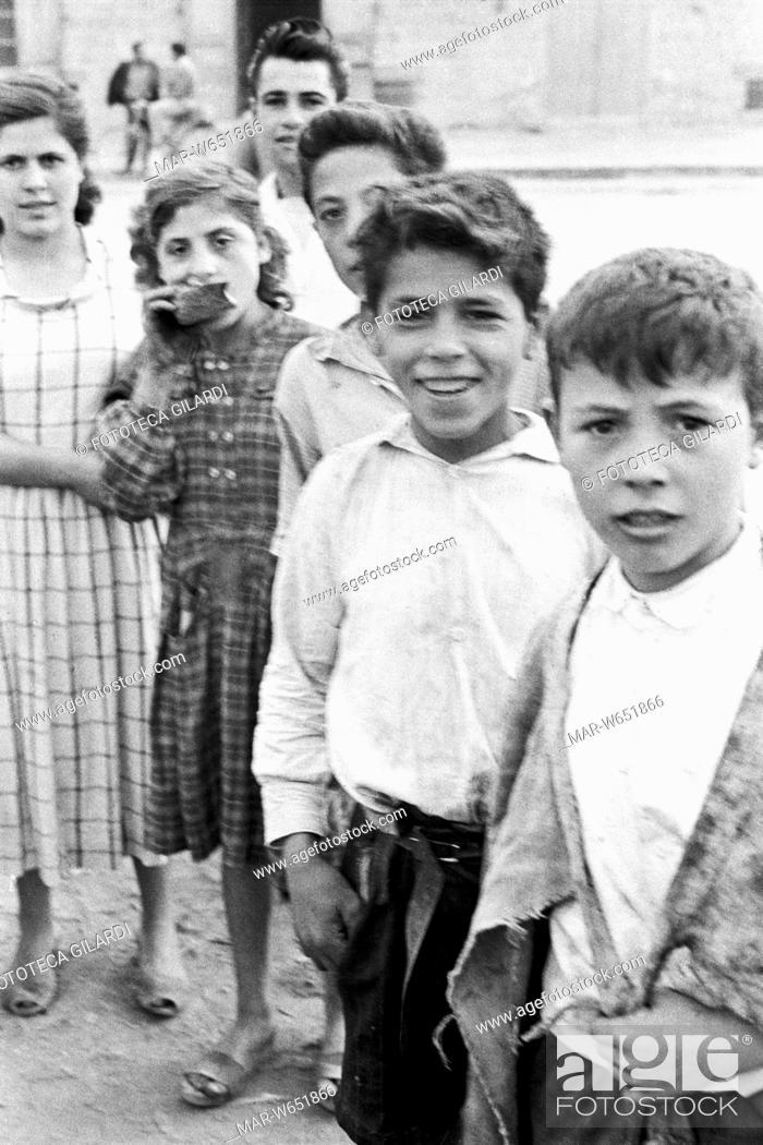 Bambino Qualiano.Qualiano Bambini Braccianti In Attesa Di Ingaggio Per La Giornata Stock Photo Picture And Rights Managed Image Pic Mar W651866 Agefotostock