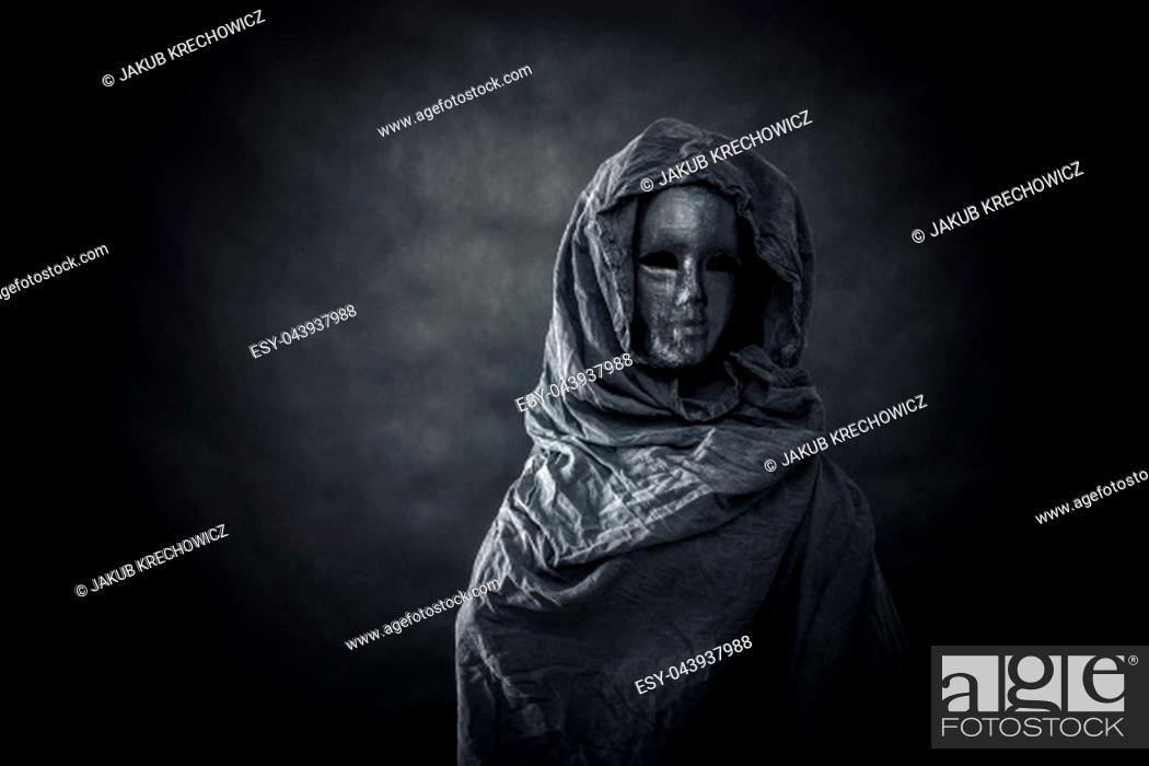 Imagen: Ghostly figure in the dark.