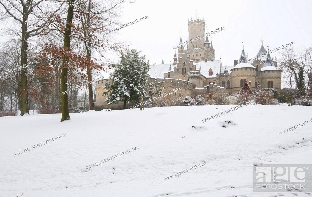 Imagen: 26 January 2021, Lower Saxony, Pattensen: Snow lies at Marienburg Castle. Photo: Julian Stratenschulte/dpa. - Pattensen/Lower Saxony/Germany.