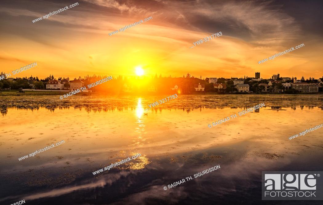 Imagen: Sunset, Reykjavik Pond, Summer Festival, Cultural Day, Reykjavik, Iceland.