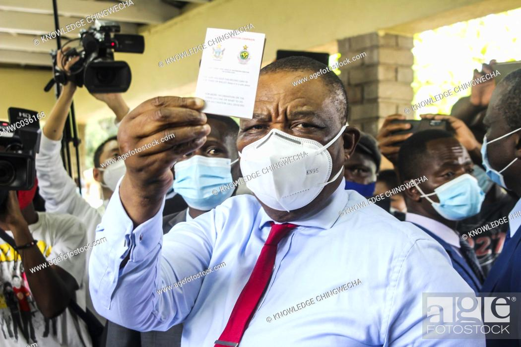 Imagen: Zimbawe Vice President Constantino Chiwenga officially launched the commencement of the vaccination using the Sinopham vaccine.