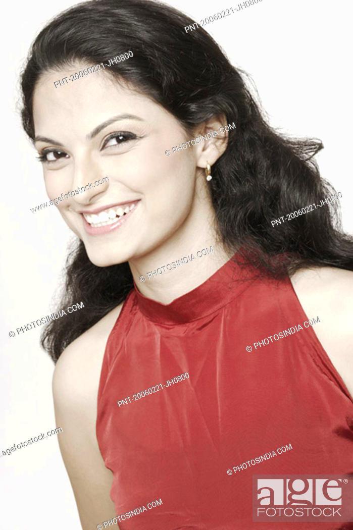Imagen: Portrait of a young woman smiling.