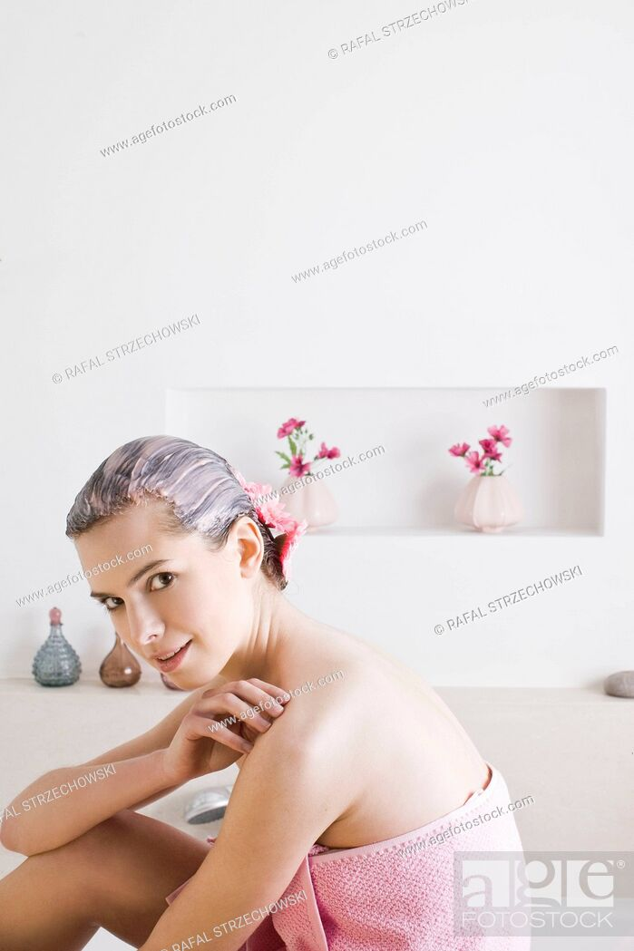 Imagen: Woman with flower hair mask.