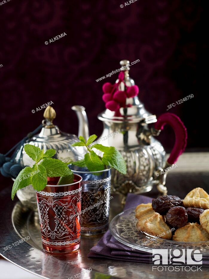 Imagen: Peppermint tea, dates and biscuits.