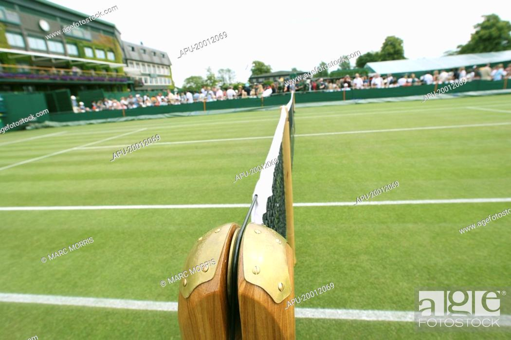 Imagen: Tennis net on a grass tennis court.