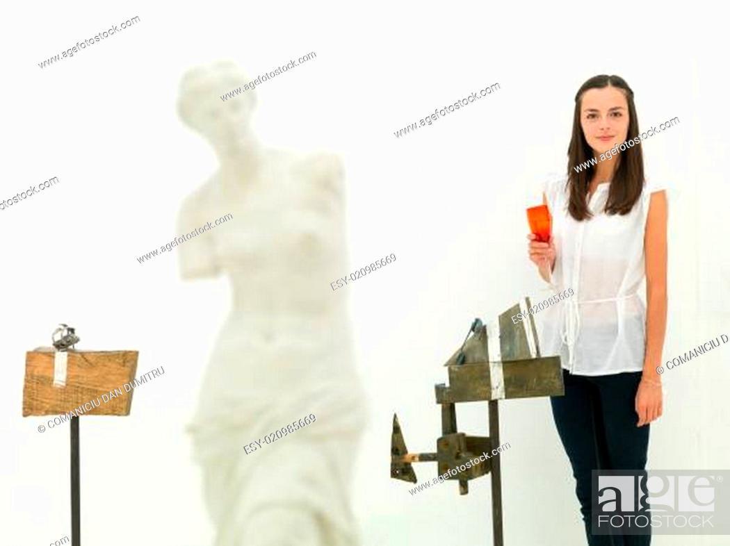 Imagen: female artist and her artworks.