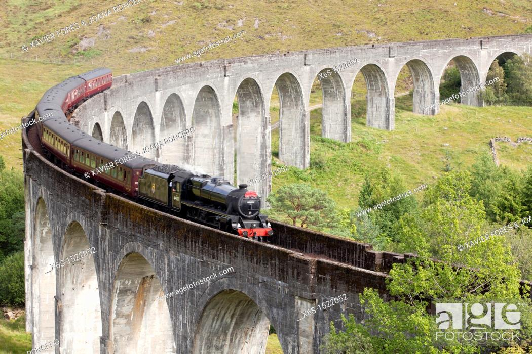 Imagen: Viaduct of Glenfinnan where a touristic steam train crosses everyday, Highlands, Scotland.