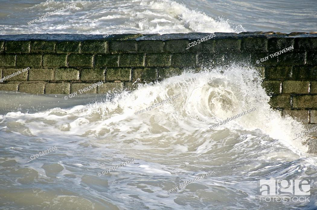 Imagen: Tide waves coming in, Normandy, France.