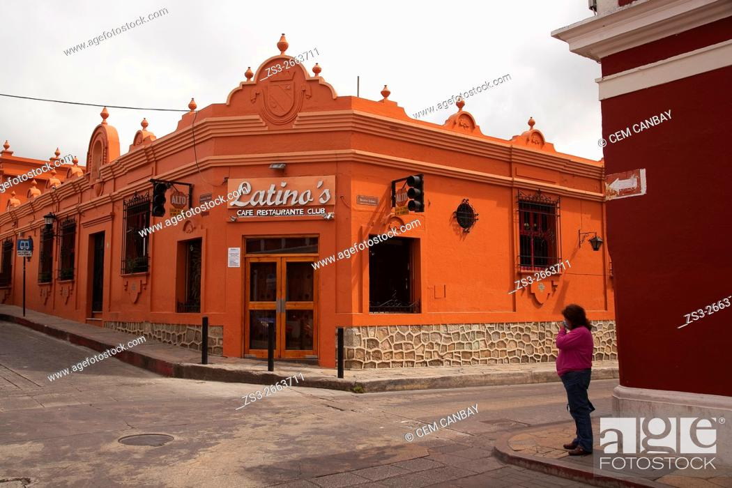 Imagen: Woman in front of a restaurant in town center, San Cristobal de las Casas, Chiapas Province, Mexico, Central America.