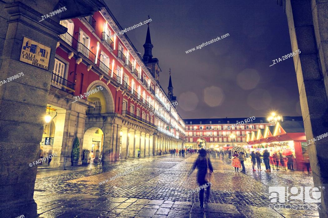 Imagen: Christmas Market in Plaza Mayor at Christmastime. Madrid. Spain.
