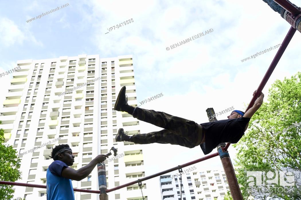 Imagen: Young men doing acrobatics in park. Frankfurt am Main, Germany.