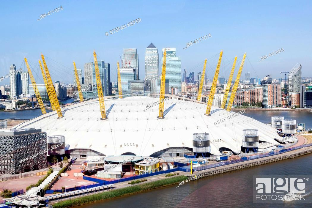 Imagen: The Dome, Millennium Dome, The O2, with Canary Wharf financial district on the River Thames, London, England, United Kingdom.