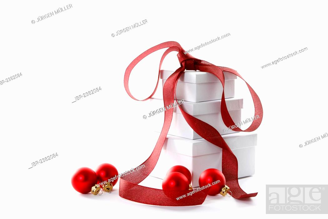 Imagen: Red Christmas baubles and presents with a red ribbon.