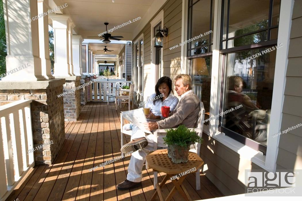 Imagen: Interracial couple sitting on the front porch.