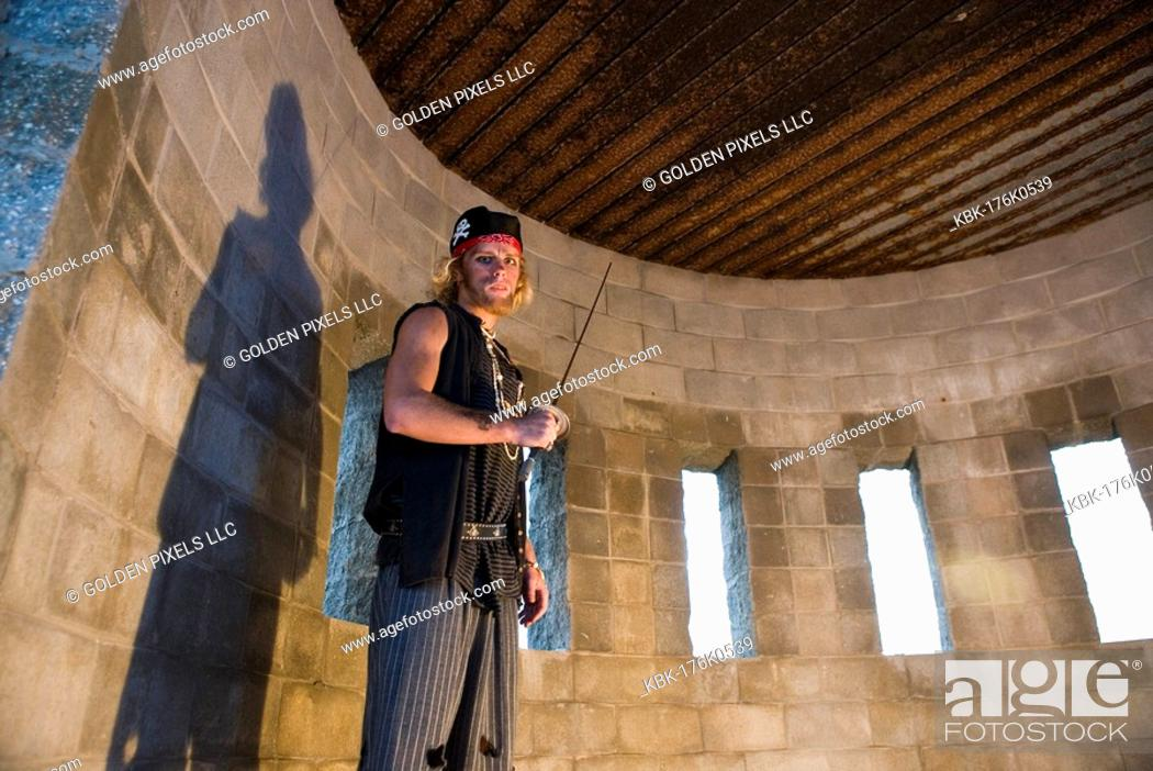 Imagen: Portrait of a pirate armed with a sword inside a castle turret.