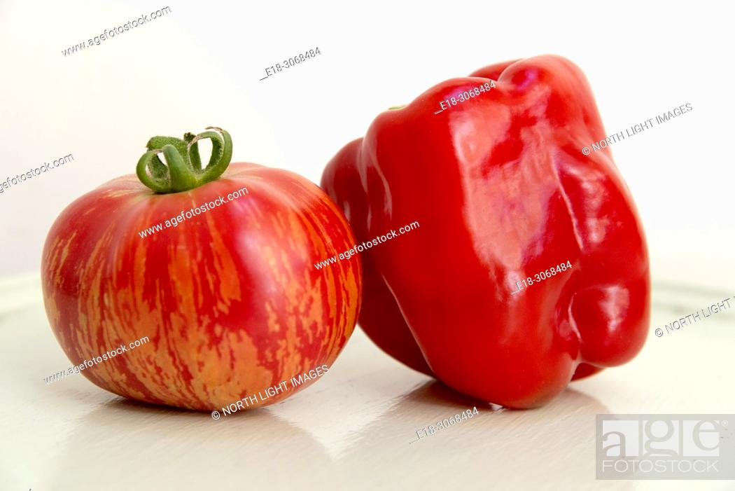 Photo de stock: Canada, BC, Delta. Home grown organic heirloom tomato and red pepper.