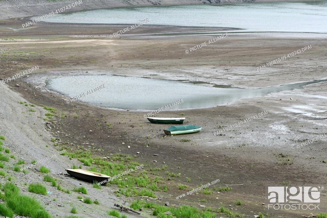 Stock Photo: 07 August 2019, Hessen, Asel: Boats are dry in the bay of Asel. The filling volume of Hesse's largest reservoir is currently only 46 percent (as of 07.