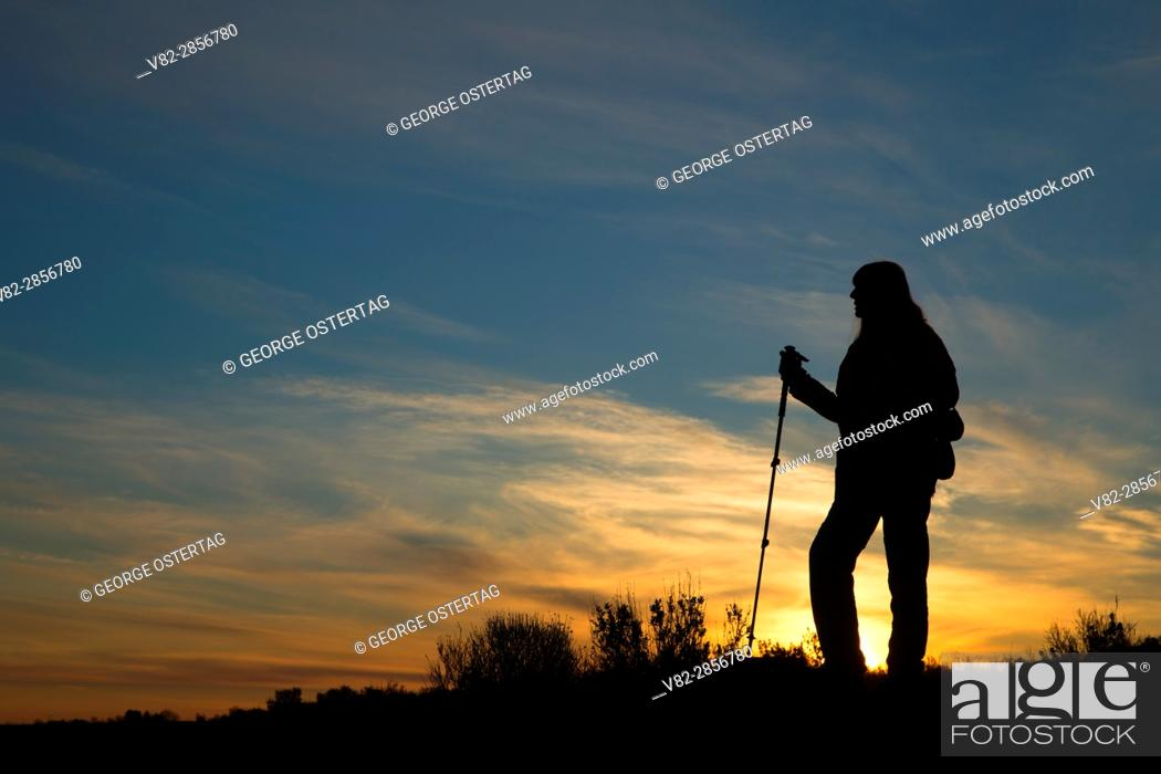 Photo de stock: Hiker sunrise near Burke Lake, Quincy Lakes Unit - Desert Basin Wildlife Area, Washington.
