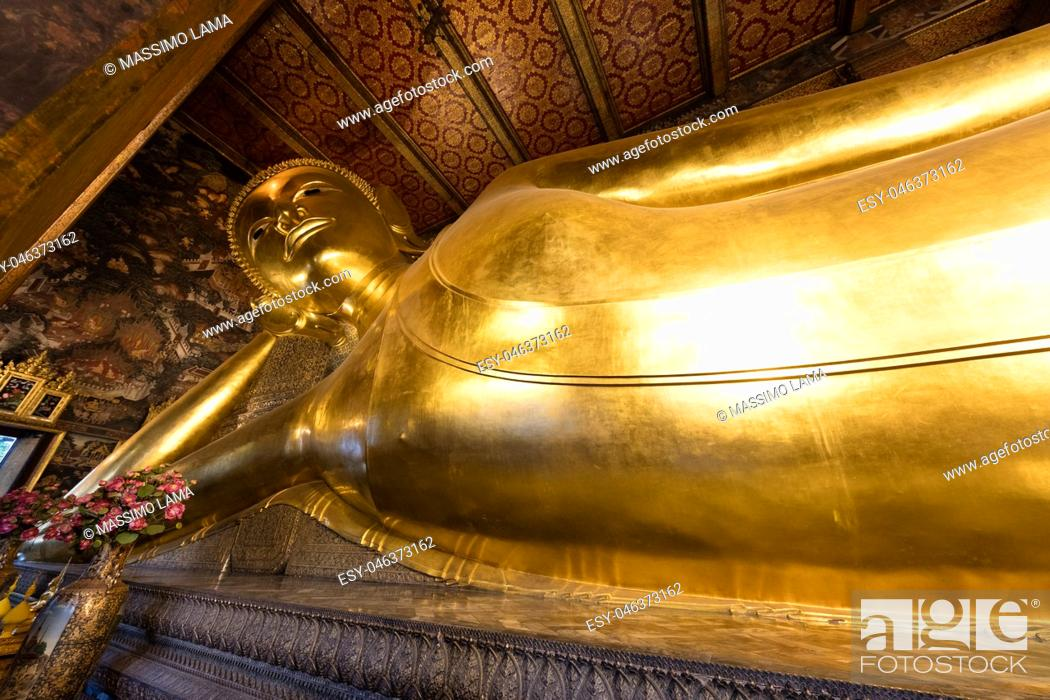 Imagen: December 4, 2016; Bangkok, Thailand, Reclining golden Buddha in Wat Pho.