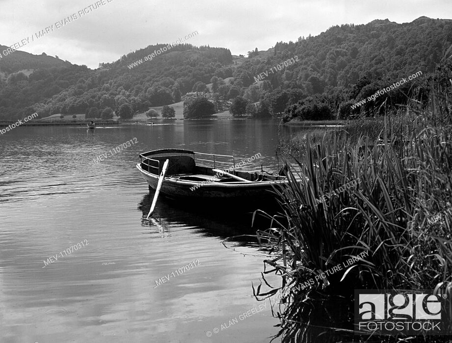 Stock Photo: Cumbria, Lake District, Grasmere Lake - rowing boat.