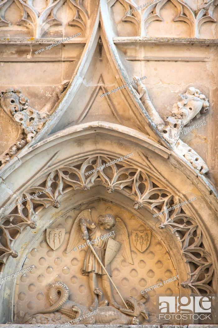 Imagen: THE ARCHANGEL SAINT MICHAEL BRINGING DOWN THE DRAGON, FACADE OF THE CHATEAU DE MAINTENON, EURE-ET-LOIR (28), FRANCE.