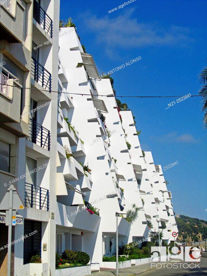Imagen: Apartment buildings complex in the Mediterranean village of Sant Pol de Mar. Maresme, Province of Barcelona, Catalonia, Spain, Europe.