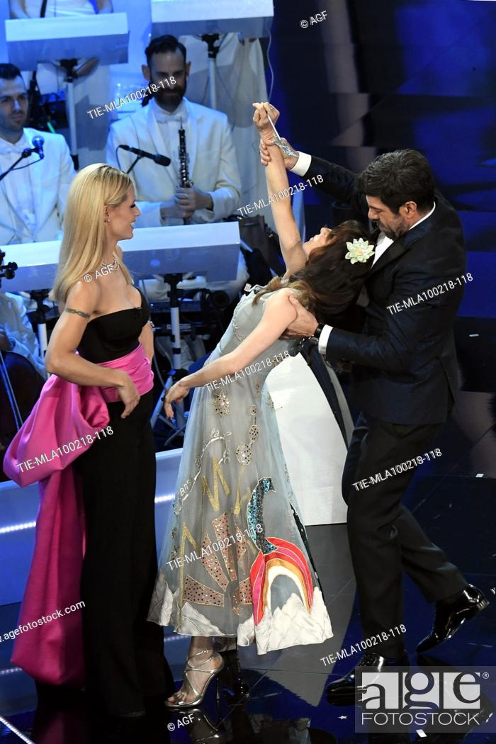 Imagen: Michelle Hunziker, Sabrina Impacciatore, Pierfrancesco Favino during Sanremo italian music festival, Sanremo, Italy 09/02/2018.