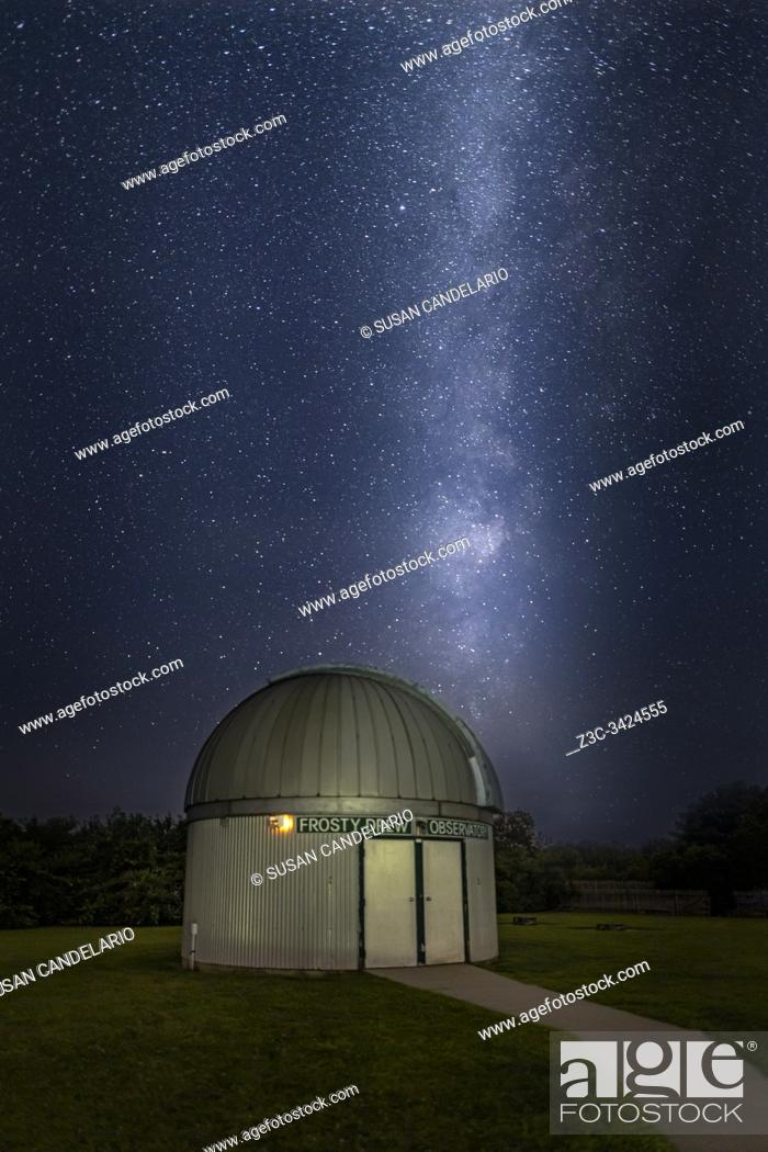 Imagen: Milky Way Rising Over Observatory.