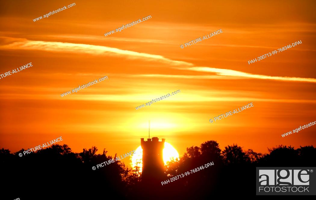 """Imagen: 13 July 2020, Baden-Wuerttemberg, Ehingen: The sun rises in the morning behind the Wolfert Tower. The Wolfert Tower was built in 1891 as the """"""""Kaiser Wilhelm."""