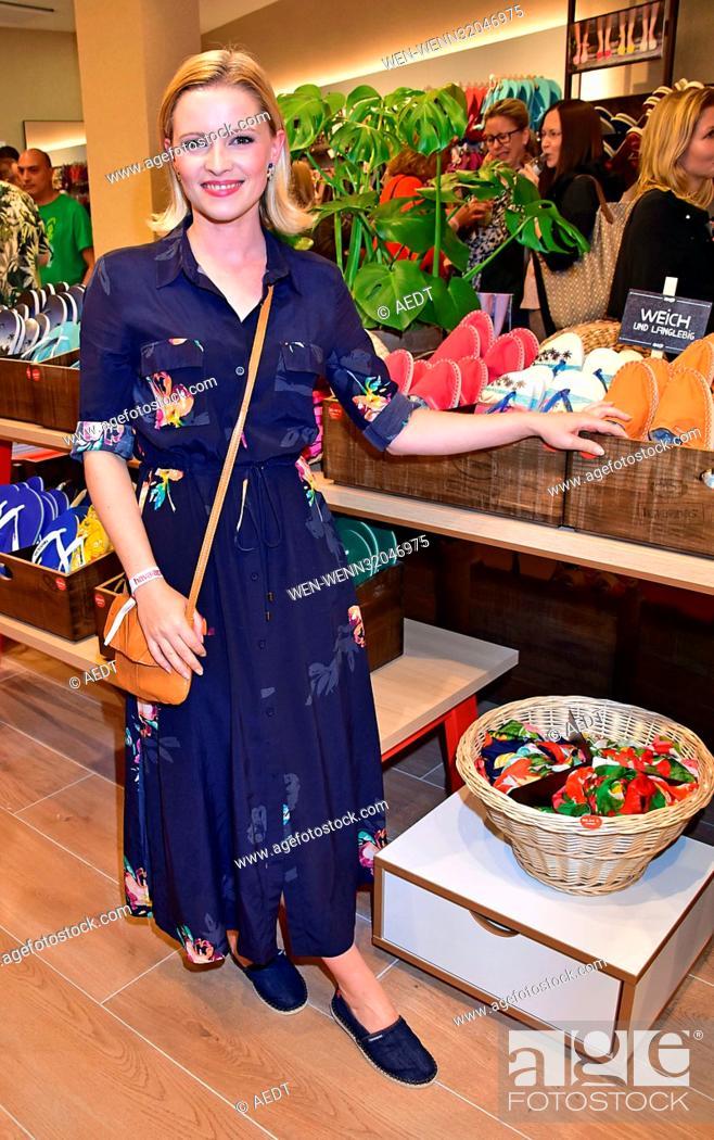 size 40 98d41 00780 Opening Havaianas flip flops store at Kurfuerstendamm in ...