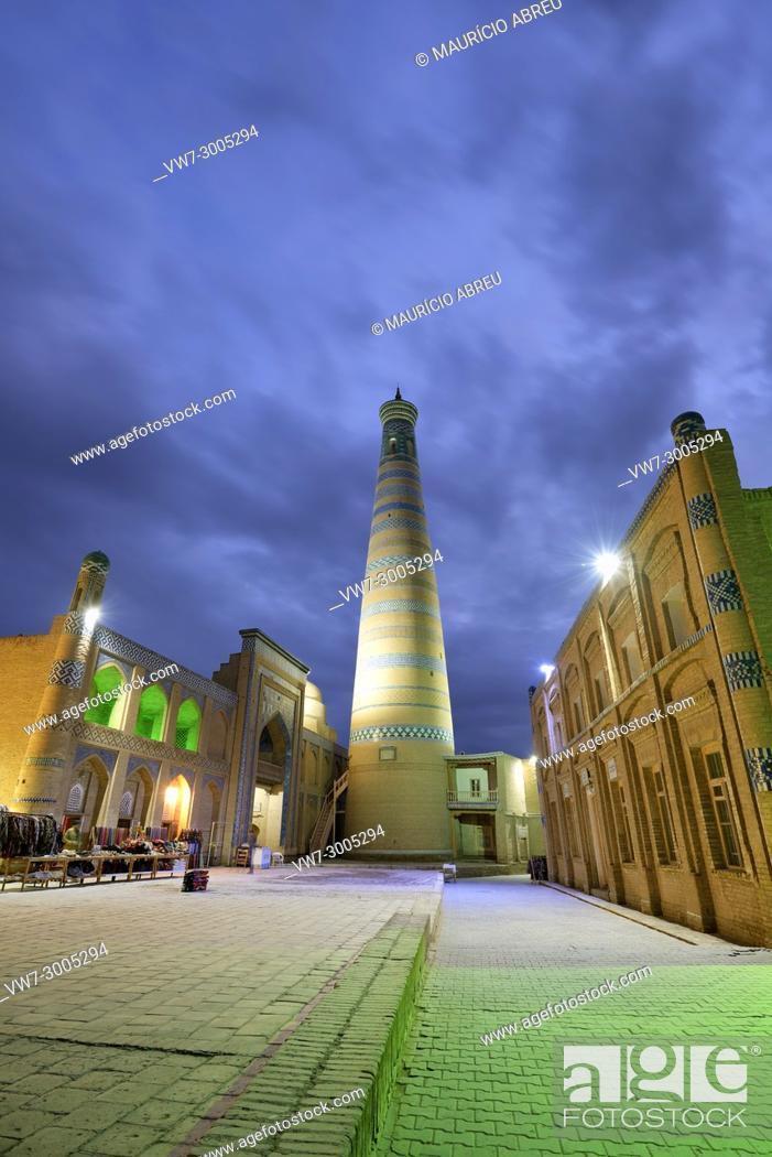 Imagen: The Islam Khodja minaret and medressa. Old town of Khiva (Itchan Kala), a Unesco World Heritage Site. Uzbekistan.