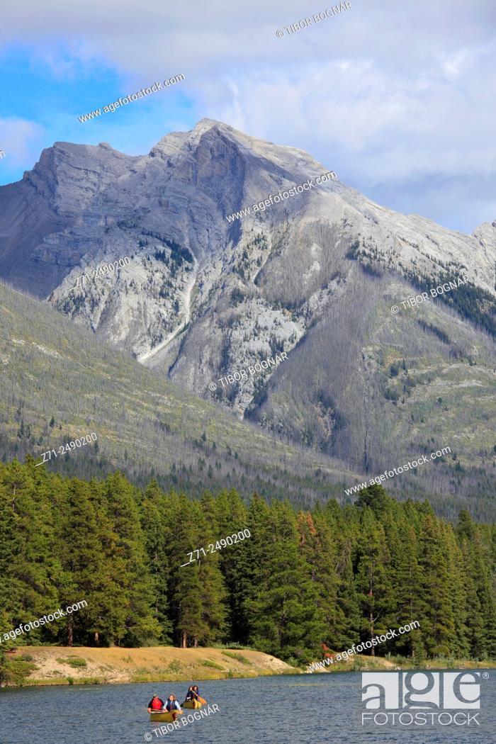 Imagen: Canada, Alberta, Banff National Park, Johnson Lake, boats, people, .