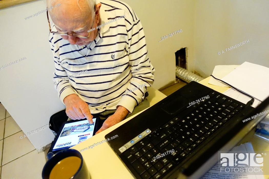 Imagen: SARASOTA, FLORIDA Retirees trying to figure out Facebook on iPad.