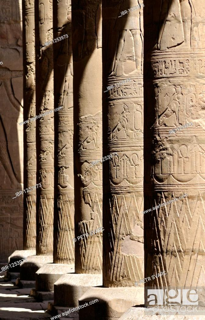 Imagen: Columns in Court of Offerings at Ptolemaic cult temple of Horus in Edfu, Egypt, North Africa.